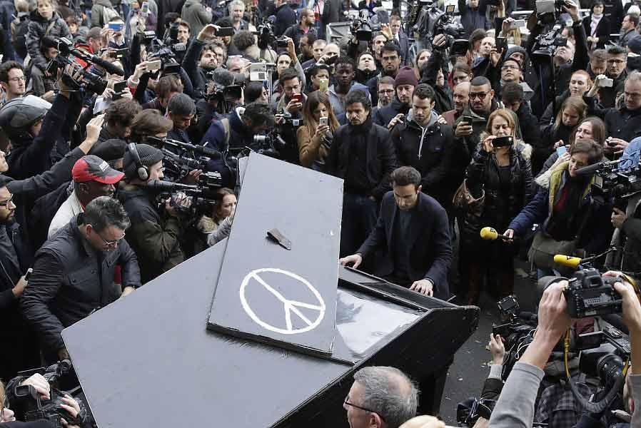 Davide Martello, pianista che ha suonato Imagine di John Lennon davanti al bataclan con il suo pianoforte a coda, dopo l'attentato