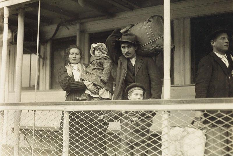Lewis Hine, Immigrati di Ellis Island, 1905