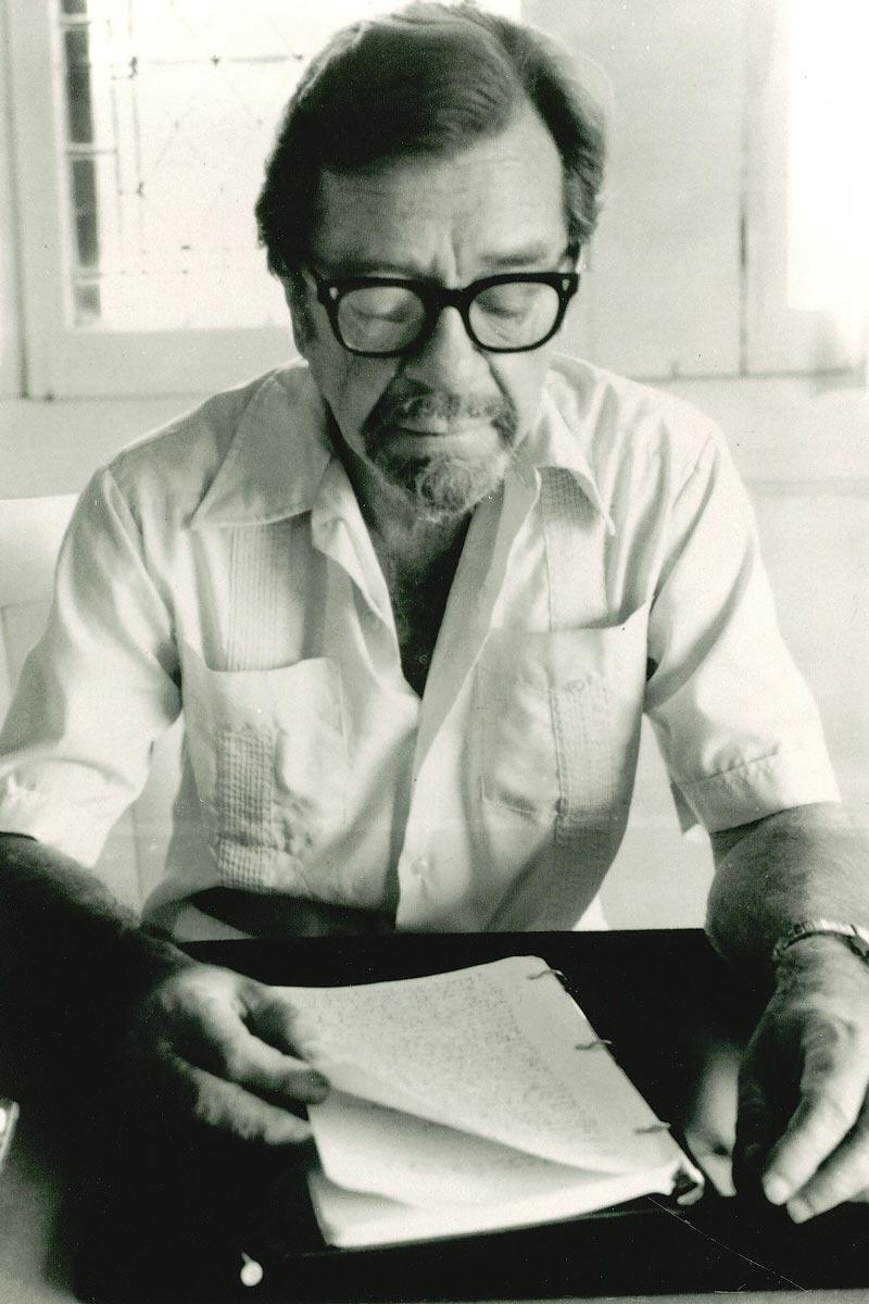 John Edward Williams (1922-1994) contempla con rassegnazione la vicenda editoriale del suo terzo libro (al quale nel 1972 seguirà il più fortunato Augustus). L'autore morirà prima di poter vedere il suo alter-ego William Stoner applaudito dalle masse dei lettori.