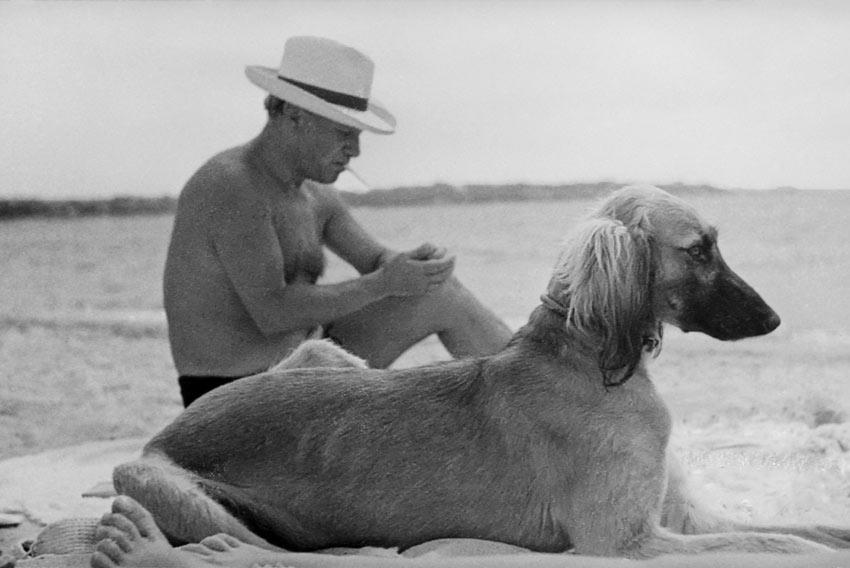 Man Ray, Pablo Picasso con il suo cane sulla spiaggia di Mougins, 1936