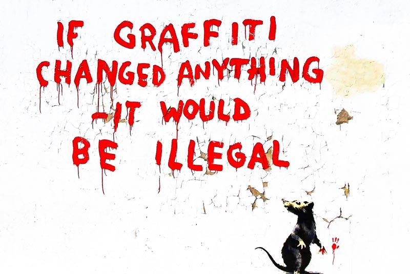 """Banksy, Graffito della serie Rats. La traduzione letterale vorrebbe: """"se i graffiti cambiassero qualcosa sarebbero illegali"""". Attraverso il pensiero provocatorio e ambivalente di Banksy potrebbe anche avere questo senso: """"se i graffiti cambiassero qualcosa (questo qualcosa) sarebbe illegale""""."""