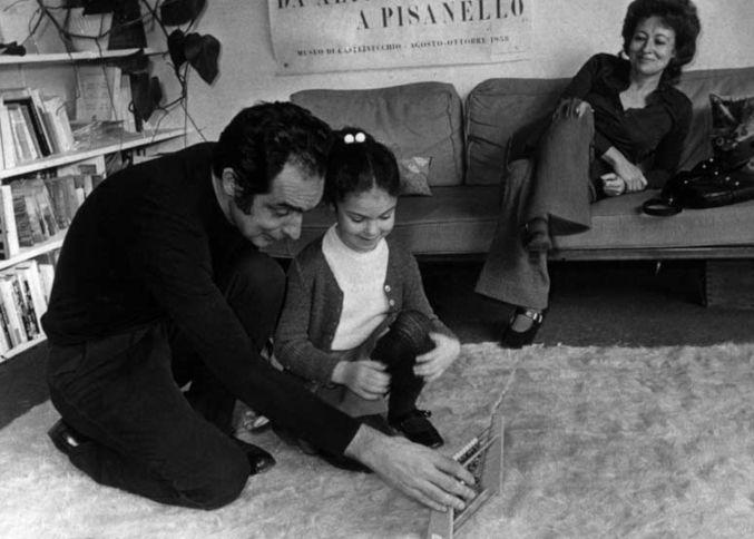 Italo Calvino gioca con sua figlia