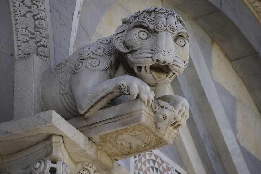 Leone sulla porta del Duomo di Pisa (credits: Gerrge Stelligwerf)