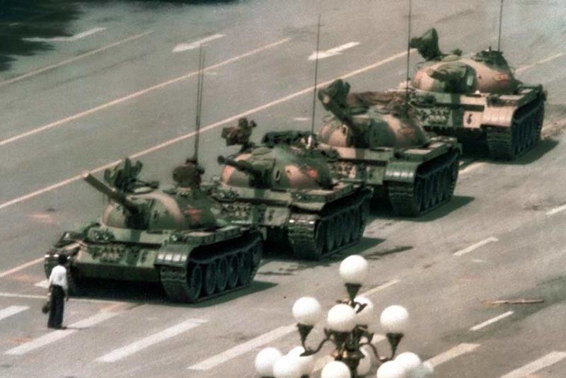 Un manifestante blocca quattro carri armati nei pressi di Piazza Tiananmen, 5 giugno 1989 (Archivio Bettmann / Getty Images)