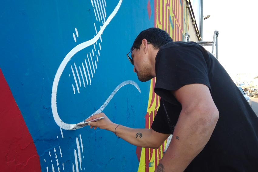 L'artista Chekos mentre dipinge insieme a Ivan